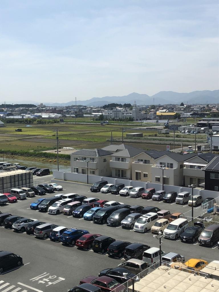 愛知県内では車での移動が基本。ロードサイド店は広大な駐車場を備えている