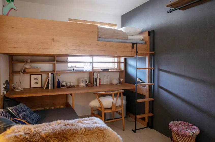 ゲストルーム。備え付けの2段ベッドを用意して、単身者でもカップルでも利用できるようにした。