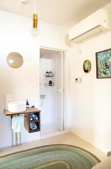 ゲストルーム内に新たに設置したシャワールーム。許可を取るためにではなく、ゲストがいつでも好きなときにシャワーを使用できるようにとの配慮から。