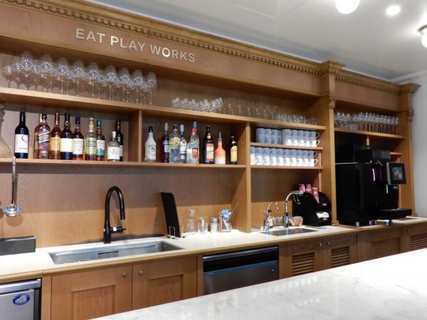 メンバーズラウンジには、メンバーが自由に飲めるバーコーナーも。