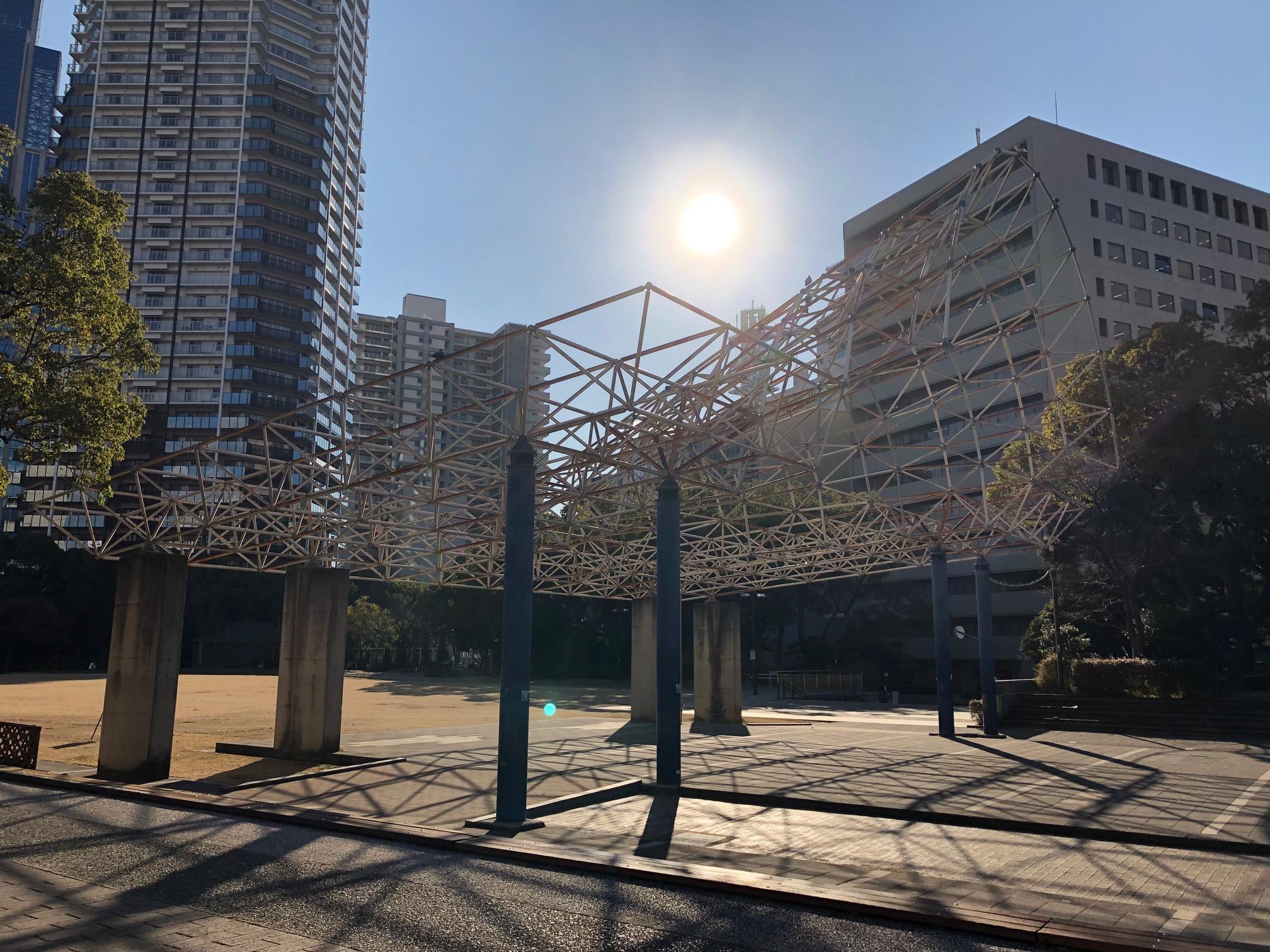 「芝生ひろば」の予定地にある、アーケードのようなオブジェは、公園のリニューアルに伴い取り壊される。