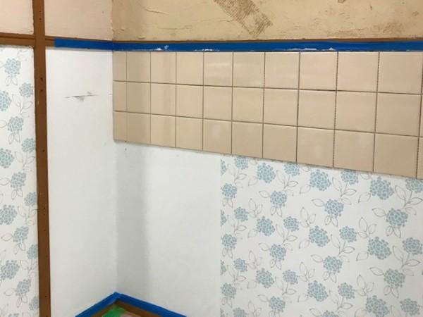 クロスとタイルを貼る実習は各自のブースで一人で作業をする