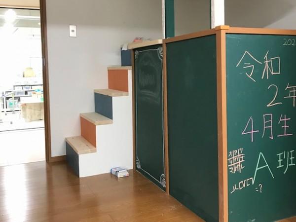どうしても階段をやってみたいとキッチン横に物入れ風に製作