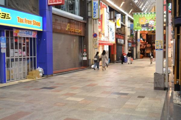 道頓堀界隈の商店街も店が閉まり、人通りが少ない