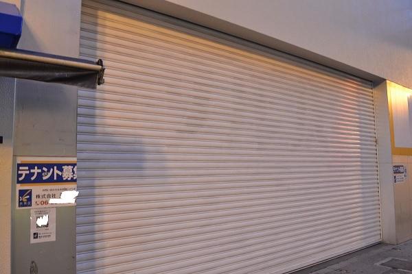 ドラッグストアが撤退した道頓堀の空き店舗(画像の一部を加工)