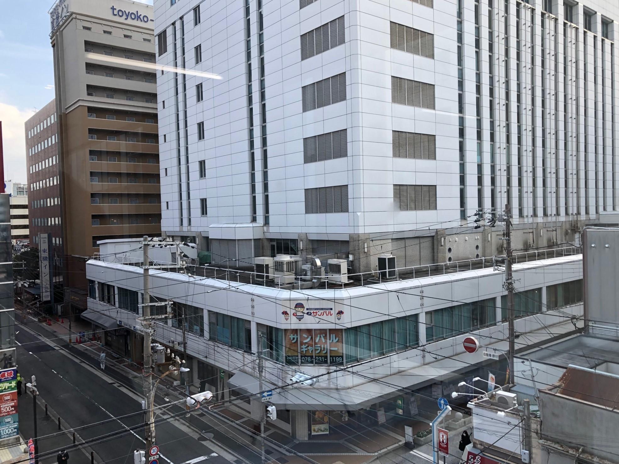 計画地となる雲井通5丁目の区画を北東から撮影。手前に見えるのがサンパルで、左奥には東横インと神戸市中央区役所が並ぶ。