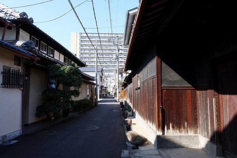 長屋なども残る一画。写真左手に見える白い外観の2階建てがかつての弥生荘
