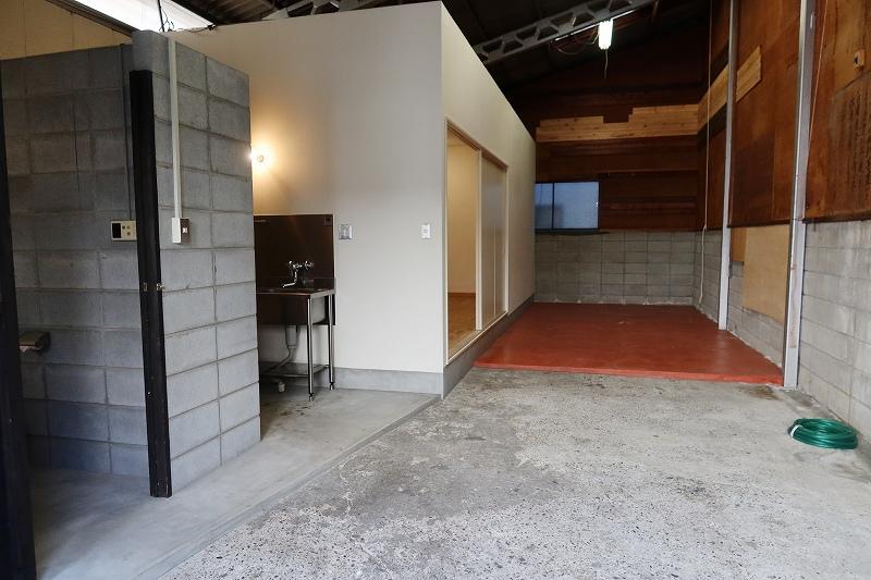 入口から見て左側の白い箱が居住空間。手前にキッチン、バス・トイレなどがある