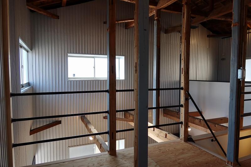吹き抜けの下が土間部分になる。L字型の居住スペースの天井が2階の床になっているのだ