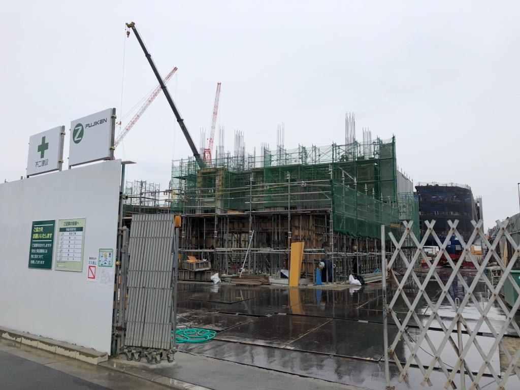 「Suita SST」の施設は目下建設中。手前がファミリー分譲マンション、奥側が複合商業施設になると見られる