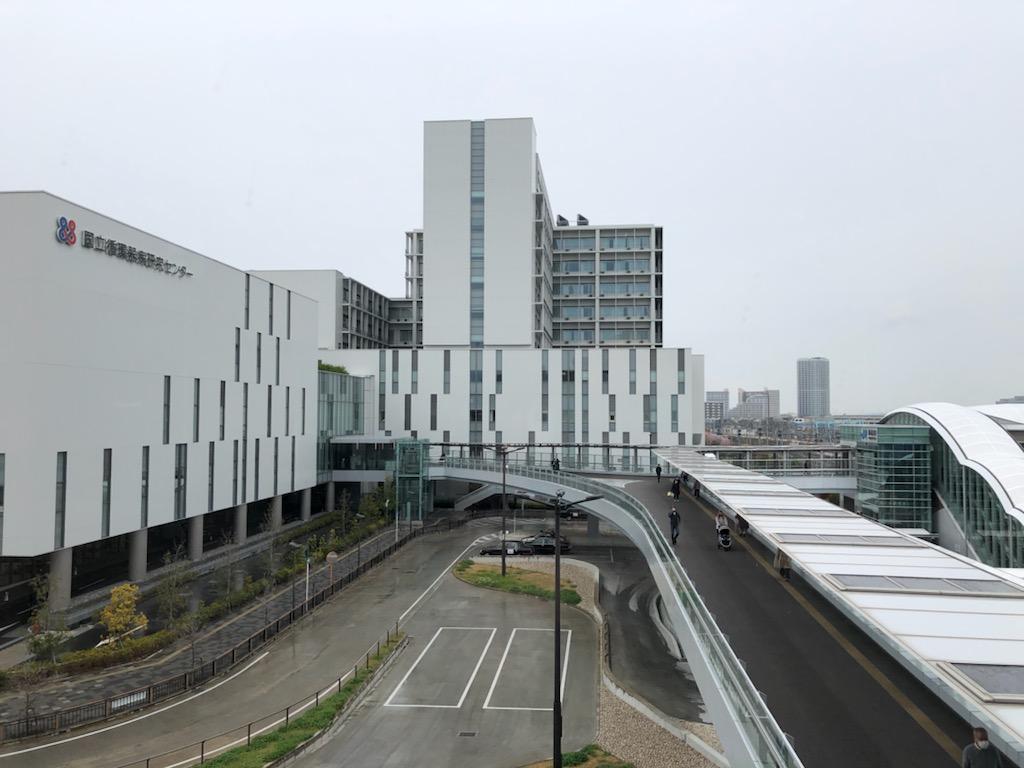 JR岸辺駅北口(右)と国立循環器病研究センター(左)は通路で直結