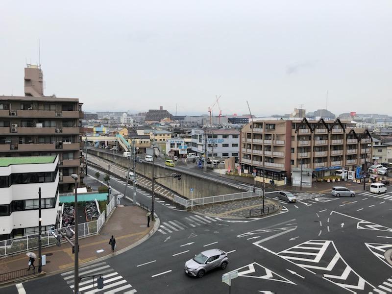 駅前の商業施設から撮影。赤いクレーンが見える場所が「Suita SST」