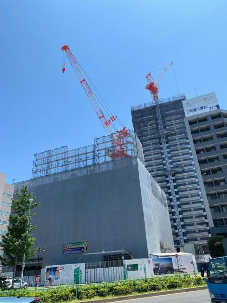 白金高輪駅周辺で建設が進むタワーマンション。手前がプレミストタワー、奥が座・パークタワー