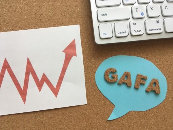 コロナ禍の最中だけではなく、米国株式市場は上下を繰り返しながらも一貫として上昇を描いている。1900年は3000ドルを割っていたのが、いまでは3万ドル台半ば。「株を買っていれば資産は増える」というのが国民の共通認識だ。GAFAをはじめ新産業が育っていることも大きい。