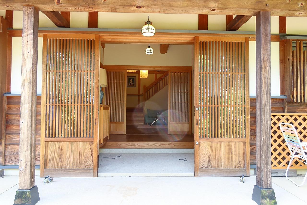 正面玄関。玄関部分だけで通常のワンルームに近い広さがある