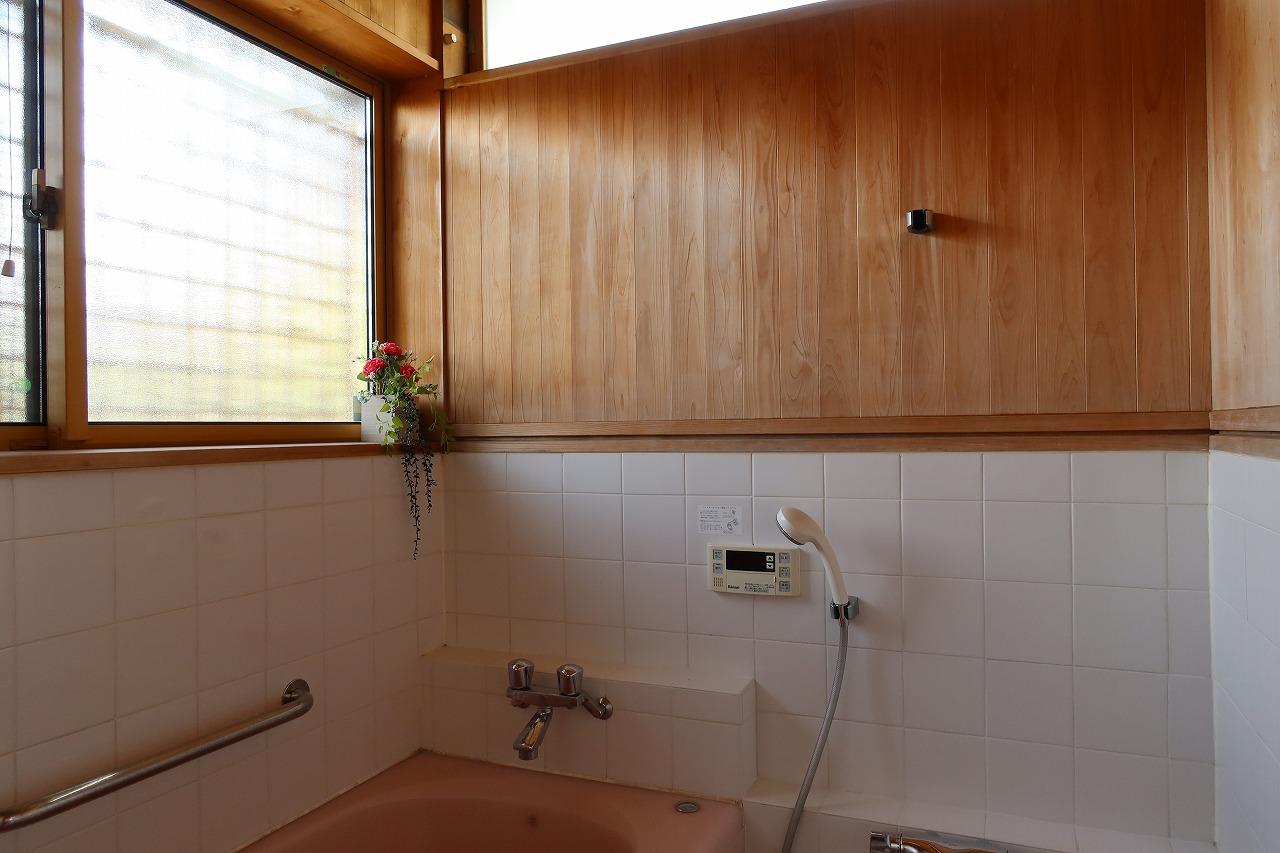 風呂はそのまま使っている。元々が広かったので、浴室の手前、洗濯機置き場には洗濯機を2台置けている