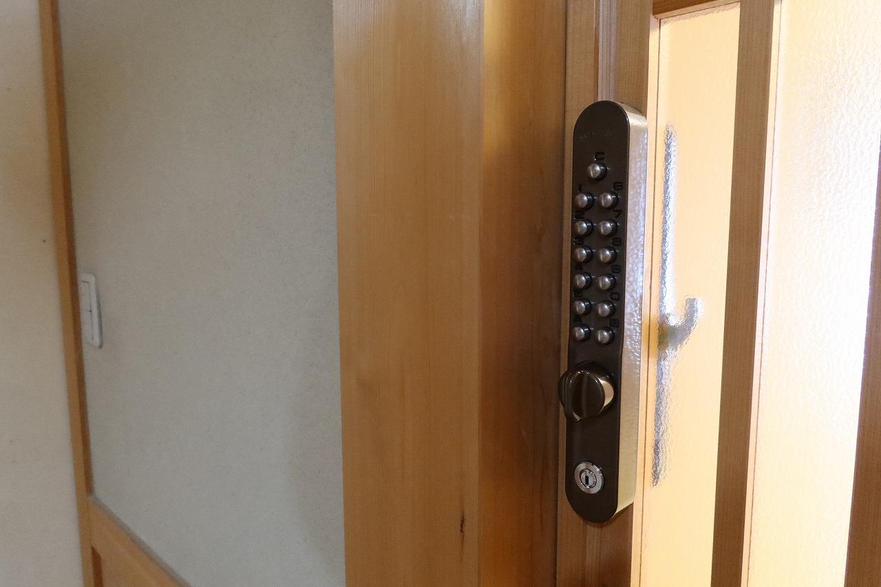 出入口となる勝手口、各室の入口にはロックを設置