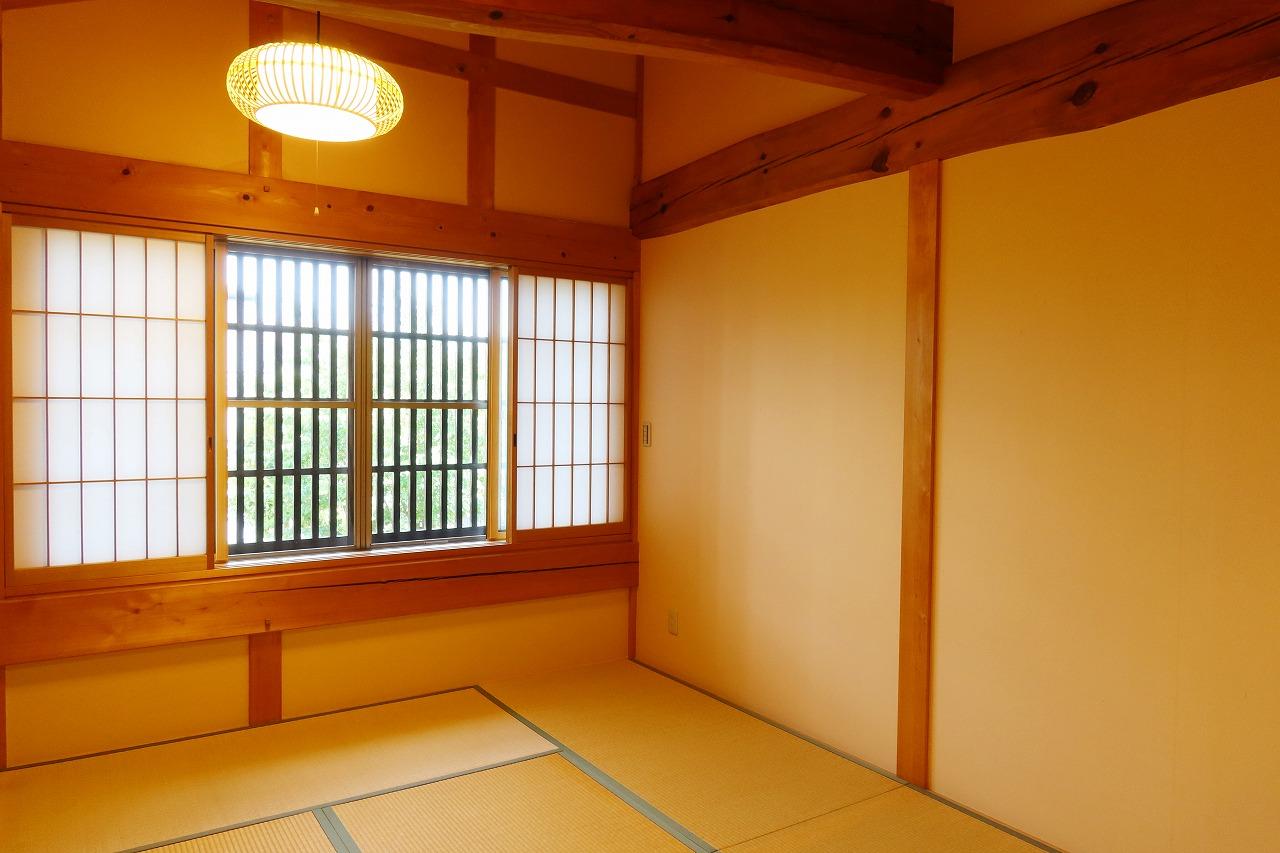 2階、庭に面した和室。9畳あり、収納もたっぷり、天井の高さも圧倒的だ