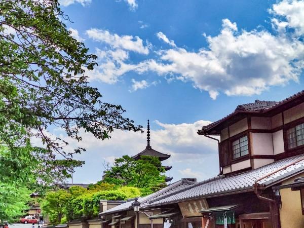 コロナ禍によりインバウンドが焼失した京都市。昨年に市内主要ホテルを使った外国人は前年比で約9割減の36.5万人。関連事業は苦境に立たされている。