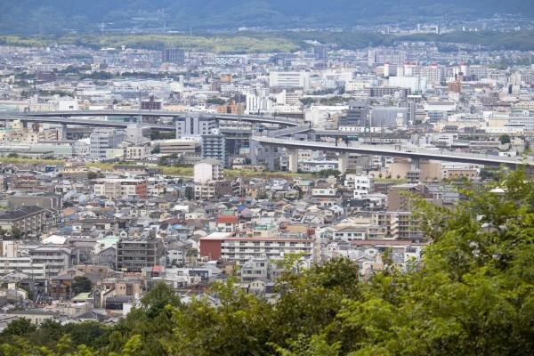 京都市内には高級ホテルや富裕層向けのマンション、別荘、コンドミニアムが立ち並ぶ。魅力ある土地は投資を呼び込むと同時に不動産価格の上昇を招いている。
