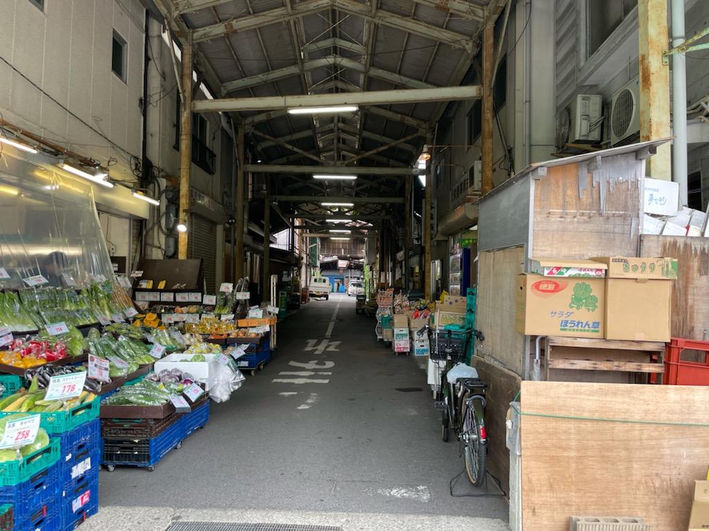 昭和9年に開設された西宮市卸売市場は、建物全体の老朽化が顕著に見られる