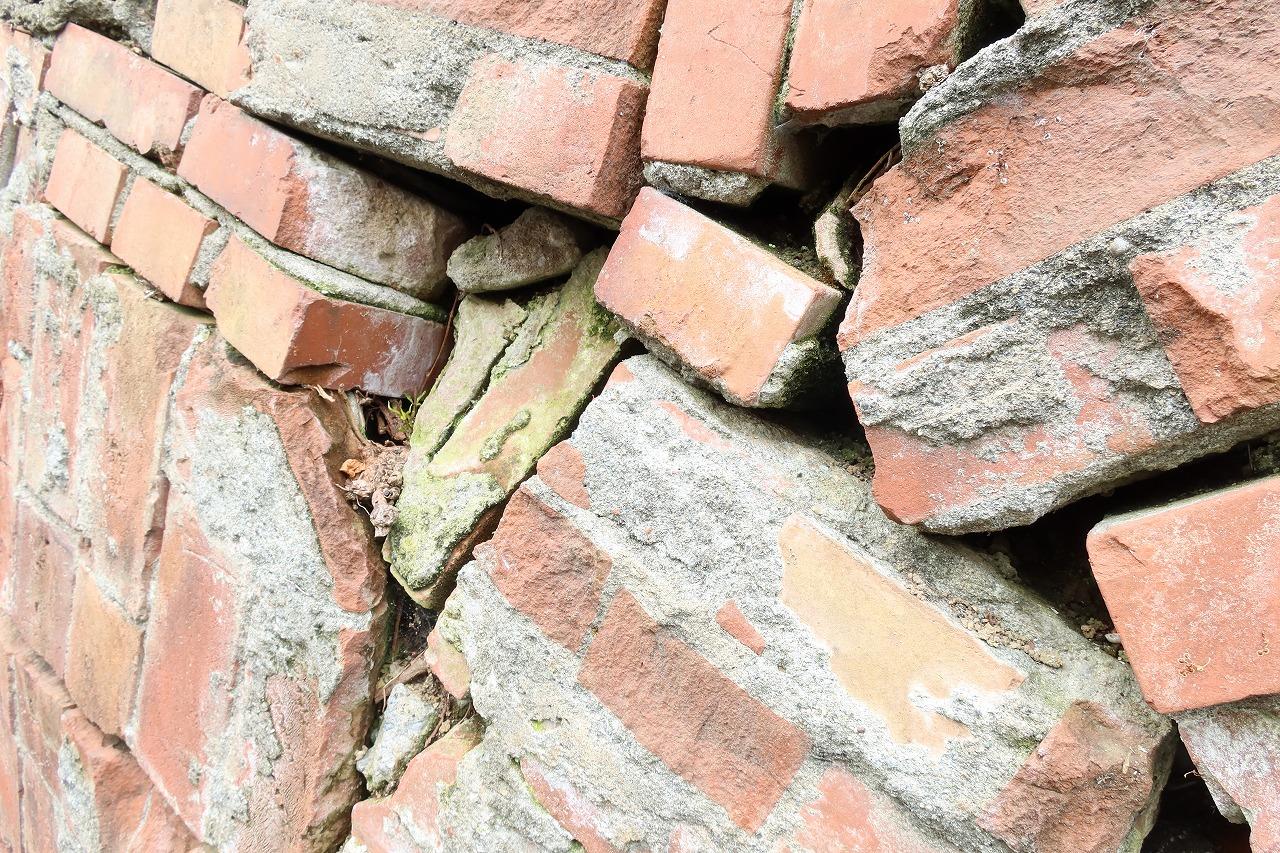 写真はガンタ積みと呼ばれる廃材を積んだ擁壁で、間をモルタルで埋めていない空積みでもある。昔の職人が作った擁壁は空積みでも丈夫だったと言われるが、安心のためには練積みを選びたい