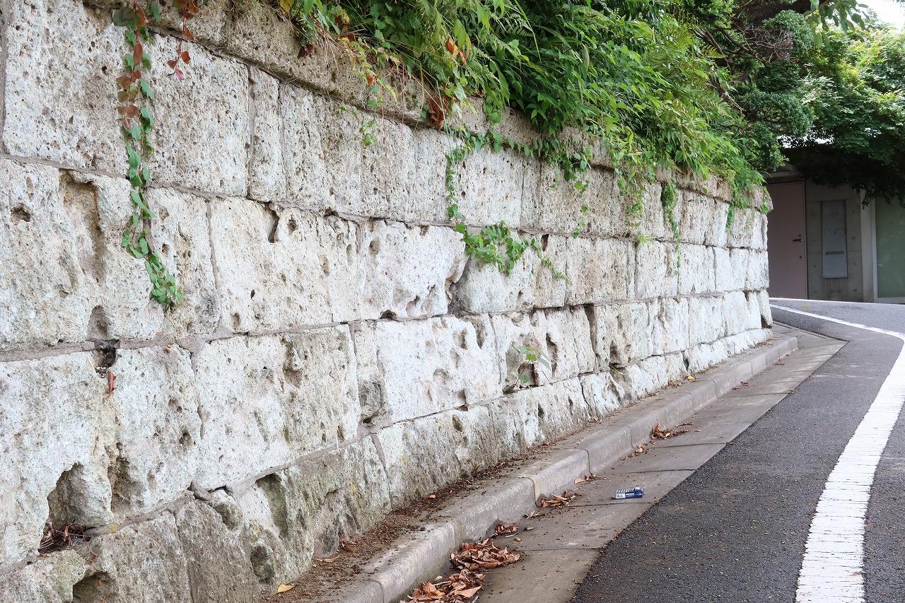 劣化した大理石の擁壁。古い住宅地ではよく見かける